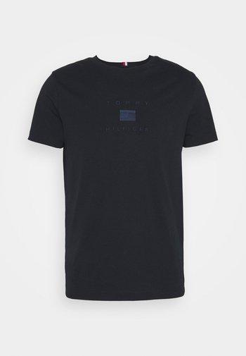 TONAL FLAG TEE - Print T-shirt - desert sky