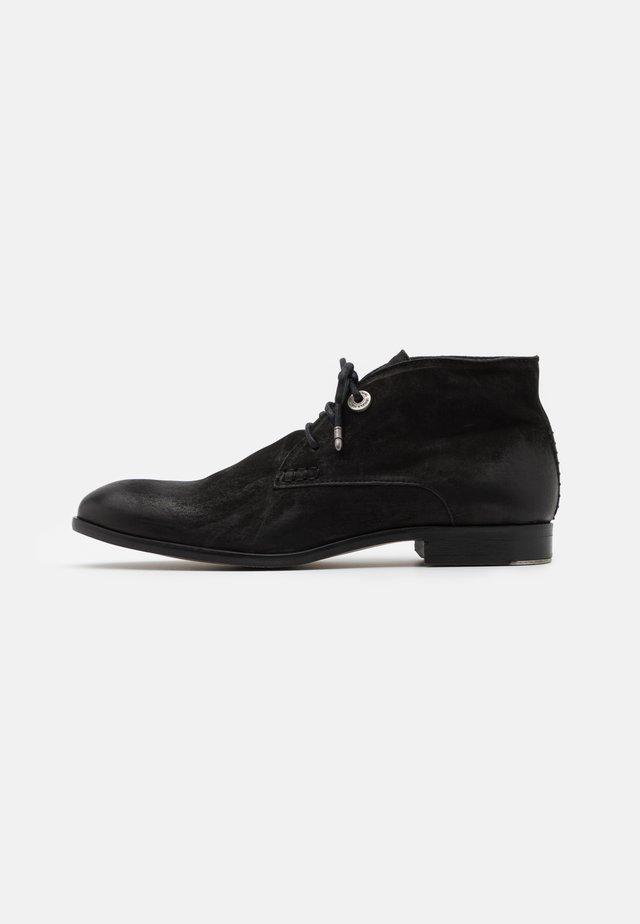 YARDLEY CHUKKA - Šněrovací boty - black
