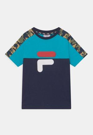 NOAH TEE - T-shirt print - black iris/scuba blue/desert