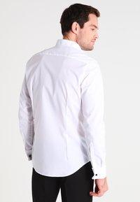 Seidensticker - SLIM FIT GERORGE SMOKING HEMD - Camicia elegante - white - 2