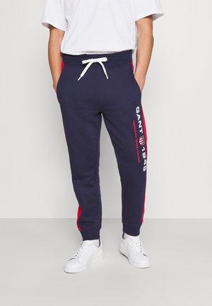 RETRO SHIELD PANTS - Teplákové kalhoty - classic blue
