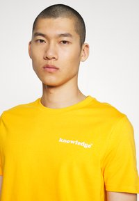 KnowledgeCotton Apparel - ALDER SIGNITURE WAVE TEE - Print T-shirt - zennia yellow - 4
