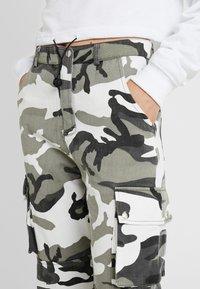 Missguided Tall - CAMO CARGO TROUSERS - Pantalon classique - grey - 4