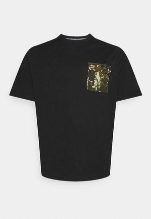 PLUS POCKET TEE - Print T-shirt - black
