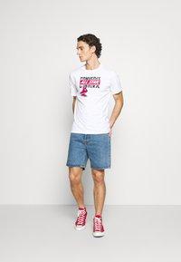 Converse - DANGLING CHUCK TEE - T-shirt con stampa - white - 1