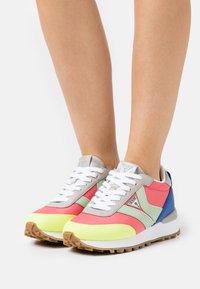 Guess - SAMSIN - Sneakersy niskie - pink/grey - 0
