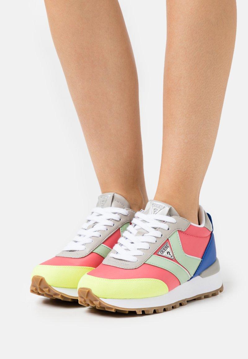 Guess - SAMSIN - Sneakersy niskie - pink/grey