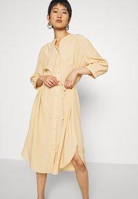 Moss Copenhagen - BENEDICTE MELODY 3/4 DRESS - Shirt dress - croissant - 3