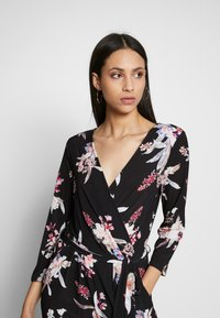 Wallis Tall - MAGNOLIA FLORAL 3/4 SLEEVE - Haalari - black - 3