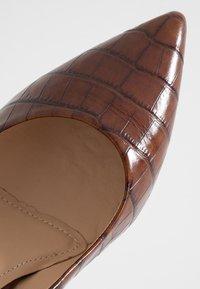 PERLATO - Classic heels - jamaika cognac - 2