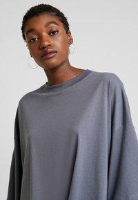 Weekday - HUGE - Žerzejové šaty - grey medium dusty - 4