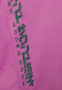 ASICS - RUN - T-shirt con stampa - digital grape/french blue - 5
