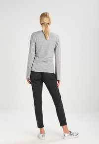 Kaffe - JILLIAN BELT PANT - Broek - dark grey melange - 3