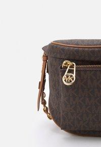 MICHAEL Michael Kors - SLATER SLING PACK - Across body bag - brown/acorn - 5