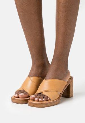 DONNA MULES  - Pantofle na podpatku - tan
