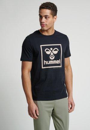 HMLISAM - T-shirt med print - black/humus