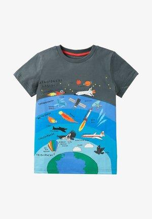 MIT SCHICHTGRAFIK - Print T-shirt - rauchgrau weltall
