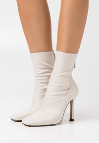 Missguided - SQUARE MID STIELLETOE BOOTS - High heeled ankle boots - cream - 0