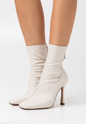SQUARE MID STIELLETOE BOOTS - High heeled ankle boots - cream