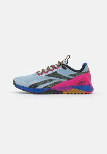 NANO X1 TR ADVENTURE - Zapatillas de entrenamiento - gable grey/bright cobalt/pursuit pink