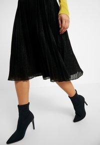 Anna Field Petite - A-linjekjol - metallic black - 4