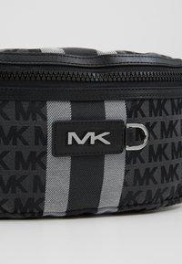 Michael Kors - HIP BAG BROOKLYN - Sac banane - black/grey - 6