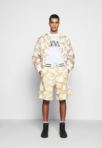 Versace Jeans Couture - RISTOP PRINTED LOGO BAROQUE - Bomberjacke - bianco ottico - 1