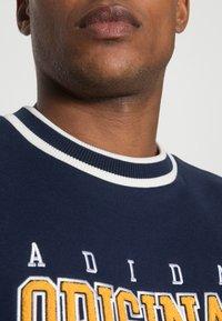 adidas Originals - SCRIPT CREW - Sweatshirt - navy - 4