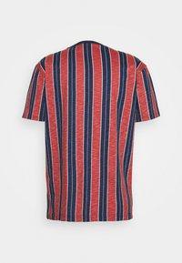 Cleptomanicx - SOIR - T-shirt z nadrukiem - chili - 1