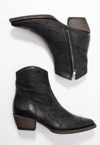 Billi Bi - Cowboy/biker ankle boot - black varese - 3