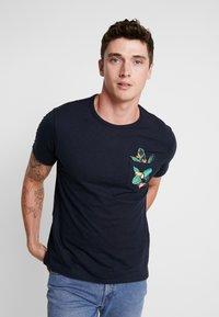 Burton Menswear London - TOUCAN - Print T-shirt - navy - 0