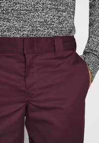 Dickies - 873 SLIM STRAIGHT WORK PANT - Pantalones - maroon - 5