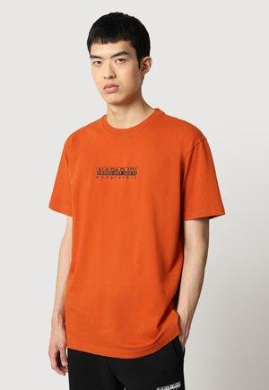 S BOX - T-shirt med print - orange ginger