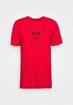 NBA CHICAGO BULLS LOGO DRY TEE - Club wear - university red