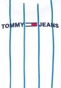 Tommy Jeans - VERTICAL STRIPE LOGO TEE - Print T-shirt - white/audacious blue - 2