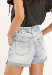 Pimkie - MIT HOHEM BUND - Denim shorts - ausgewaschenes blau - 3