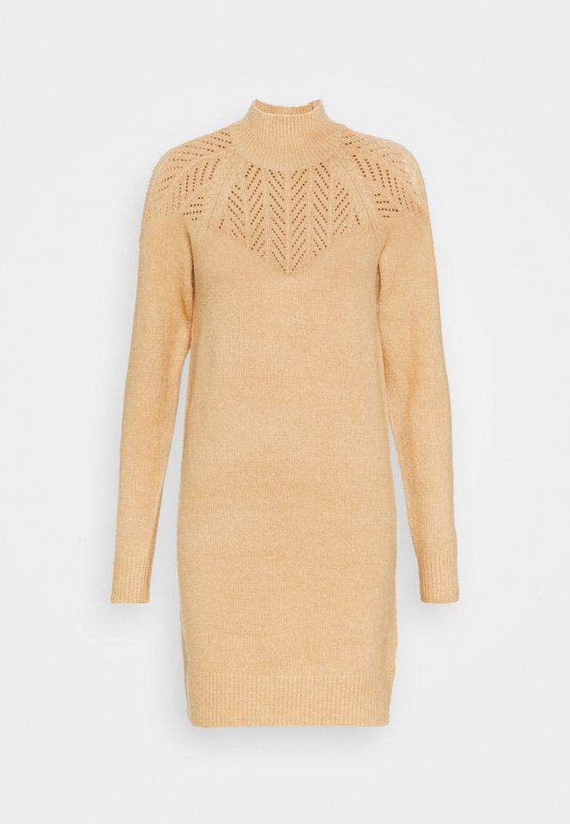 LONGLINE POINTELLE - Stickad klänning - camel