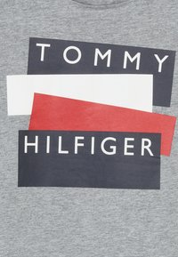 Tommy Hilfiger - STICKER TEE  - Print T-shirt - grey - 3