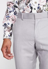 Isaac Dewhirst - FASHION SUIT - Suit - light grey - 9
