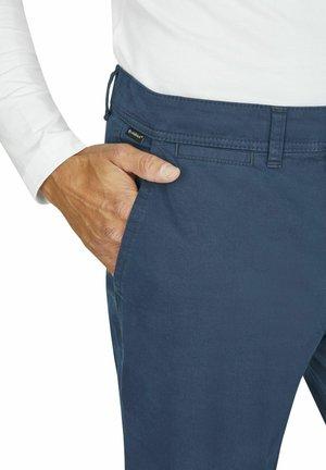 MIT ANGENEHMER COLDBLACK AUSRÜSTUNG - Trousers - rauchblau
