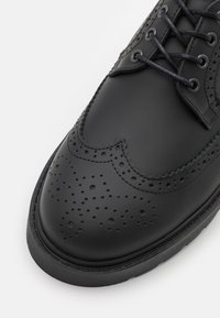 Selected Homme - SLHTIM BROGUE SHOE CLEAN - Nauhakengät - black - 5