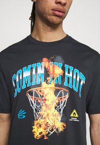Under Armour - CURRY COMING IN HOT TEE - T-shirts print - black - 4