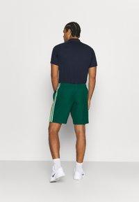 Lacoste Sport - TENNIS TOUR - Sports shorts - grün/gelb/weiß - 2