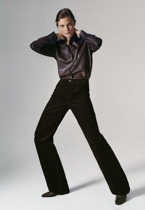 MIT BUNDFALTEN UND WEITEM BEIN  - Trousers - bordeaux