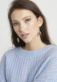 SNÖ of Sweden - HYDE LEAF PENDANT EAR PLAIN - Earrings - gold-coloured - 1
