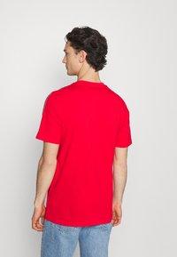 adidas Originals - STRIPE UNISEX - T-shirt med print - vivid red - 2