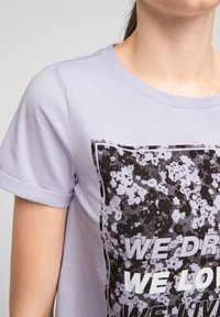 QS by s.Oliver - MIT FRONTPRINT - Print T-shirt - lilac - 6