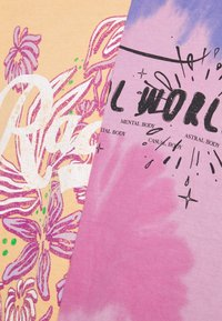 BDG Urban Outfitters - SPLICED TIE DYE DAD TEE - Print T-shirt - pink - 5