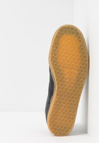 adidas Originals - GAZELLE - Sneakers laag - core black - 4