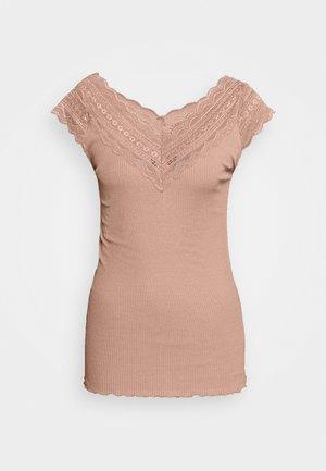REGULAR WIDE - Print T-shirt - nougat brown